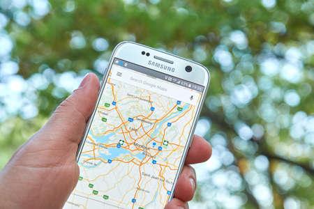 logo samsung: MONTREAL, CANADA - ngày 23 tháng 5 năm 2016: ứng dụng Google Maps trên màn hình Samsung S7. Ứng dụng Google Maps là một phần mềm gps navigation phổ biến.