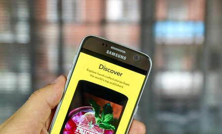 MONTREAL, CANADA - 1 juli 2016 - Snapchat Discover op android mobiele smartphone. Snapchat is een mobiele messaging applicatie wordt gebruikt om foto's, video, tekst en tekeningen te delen. Redactioneel
