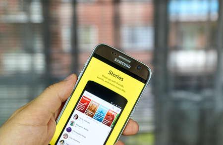 MONTREAL, CANADA - 1 juli 2016 - Snapchat Stories op android mobiele smartphone. Snapchat is een mobiele messaging applicatie wordt gebruikt om foto's, video, tekst en tekeningen te delen.