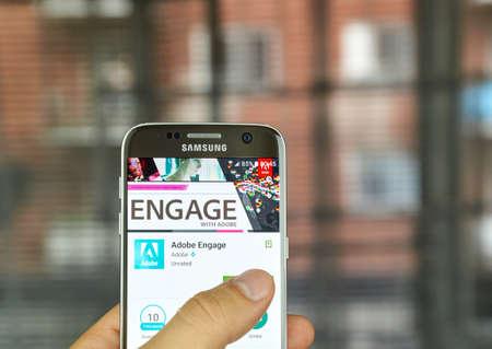 S7 の画面をサムスンにモントリオール, カナダ - 7 月 15 日: Adobe アプリケーション。Adobe Engage は、アドビ パートナー プログラム雑誌です。 報道画像