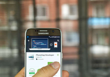 S7 の画面をサムスンにモントリオール, カナダ - 7 月 15 日: Adobe PhoneGap 開発者アプリケーション。PhoneGap 開発者、web 開発者とデザイナー PhoneGap フレ