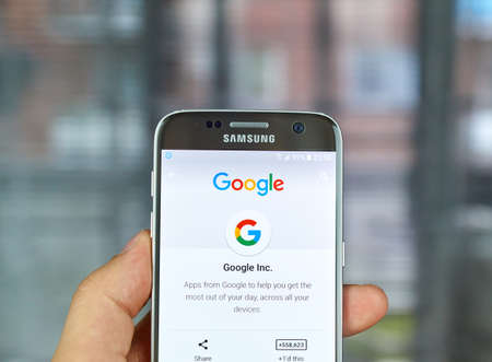 samsung: MONTREAL, CANADA - JUNE 23, 2016 : Google logo and applications on Samsung S7 screen. Editorial