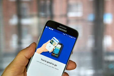 samsung: MONTREAL, CANADA - DECEMBER 23, 2016 : NFC payment android application on Samsung S7 screen. Editorial