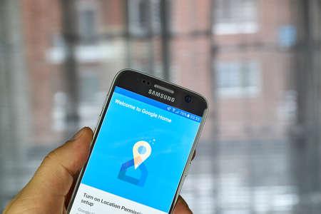 logo samsung: MONTREAL, CANADA - 23 Tháng 12 2016: Ứng dụng Google Home là một ứng dụng để thiết lập, quản lý và kiểm soát Chromecast, Chromecast Âm thanh và Google Trang chủ thiết bị biên tập