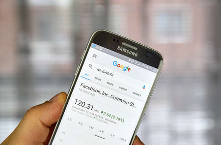 logo samsung: MONTREAL, CANADA - DECEMBER 23, 2016 : Google Finance page with stock chart and FB ticker on Samsung S7 screen. biên tập