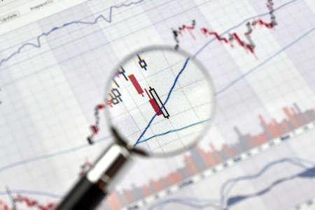 Kerzenleuchter Graphen konzentrieren Lücke auf Forex-Chart unter Lupe, Geschäfts- und Finanzkonzept. Standard-Bild - 71128328