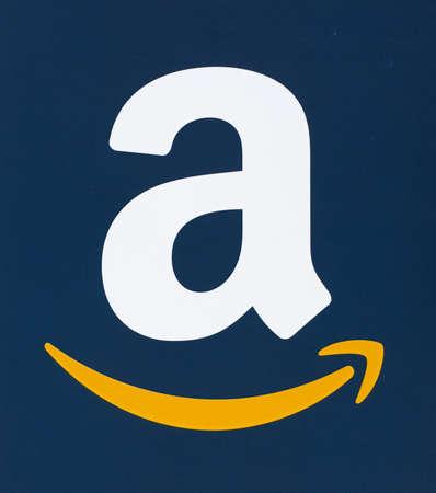 MONTREAL, CANADA - FEBRUARI 28, 2017: Amazonië-embleem op een blauw document wordt gedrukt dat. Amazon is een Amerikaans bedrijf voor elektronische handel en cloud computing dat op 5 juli 1994 door Jeff Bezos werd opgericht. Stockfoto - 72721878