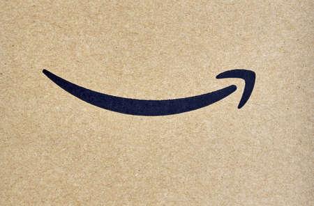 몬트리올, 캐나다 - 2017 년 3 월 28 일 : 그것에 브랜드 테이프와 아마존 프라임 배송 상자. Amazon은 미국 전자 상거래 및 클라우드 컴퓨팅 회사입니다. 에디토리얼