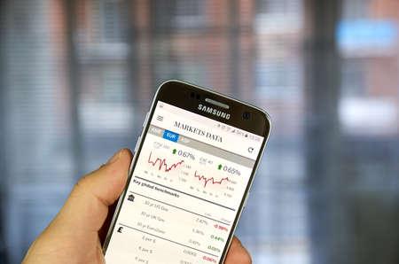 MONTREAL, CANADA - 14 LUGLIO 2017 - FT app con i dati dei mercati. FT è un quotidiano internazionale in lingua inglese con un'enfasi speciale sulle notizie economiche e economiche. Archivio Fotografico - 83842350