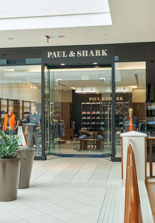 AVENTURA, USA - AUGUST 23, 2018: famous boutique in Aventura Mall. Paul and Shark is an Italian clothing brand founded by Paolo Dini 新聞圖片