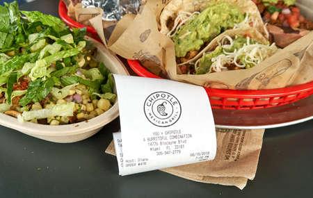 MIAMI, USA - 22 août 2018: plaque de chipotle et reçu. Logo du restaurant Chipotle. Chipotle Mexican Grill est une chaîne américaine de restaurants décontractés rapides Éditoriale