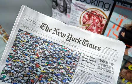 Miami, Estados Unidos - 22 de agosto de 2018: el periódico The New York Times en una mano. The New York Times es un popular periódico estadounidense con sede en la ciudad de Nueva York con influencia mundial.