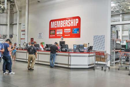 TORONTO, KANADA - 15. AUGUST 2018: Linie eines Volkes am Kundendienstschalter in einem Costco-Geschäft. Costco ist ein amerikanisches Unternehmen, das eine Kette von Lagerclubs nur für Mitglieder betreibt.