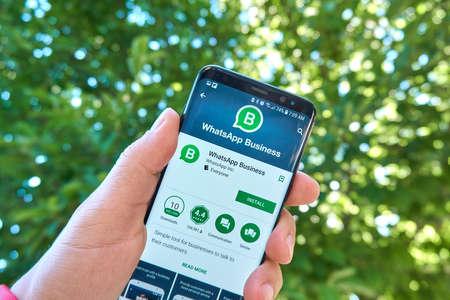 Montreal, Canada - 28 augustus 2018: Whatsapp Business android app op Samsung s8 scherm. WhatsApp Business-app is een tool voor bedrijven waarmee ze kunnen communiceren met hun klanten.