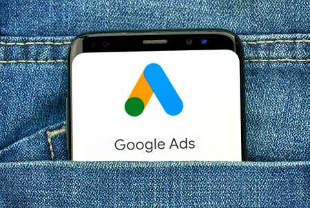 MONTREAL, CANADA - 30 SETTEMBRE 2018: Nuovo logo e app di Google Ads su uno schermo Samsung s8. Google Ads, precedentemente noto come Adwords, è una piattaforma pubblicitaria online sviluppata da Google