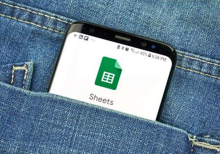 MONTREAL, Canadá - 4 de octubre de 2018: Aplicación de Google Sheets en la pantalla del s8. Google es una empresa de tecnología estadounidense que ofrece una variedad de servicios de Internet.