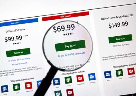 MONTRÉAL, CANADA - 10 JANVIER 2019 : plans d'abonnement Microsoft Office 365. Office 365 est le nom de marque que Microsoft utilise pour un groupe d'abonnements qui fournissent des logiciels et des services de productivité. Éditoriale