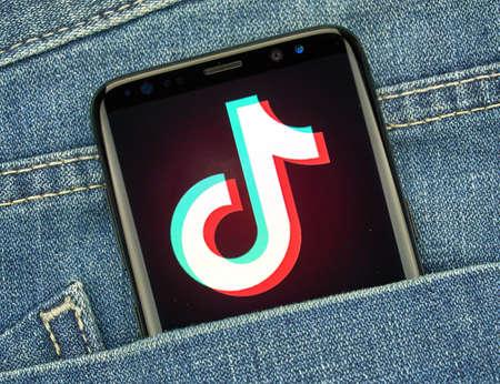 Montreal, Canada - 23 December 2018: TikTok Android-app op Samsung s8-scherm. TikTok is een Android- en iOS-media-app voor het maken en delen van korte video's. Redactioneel