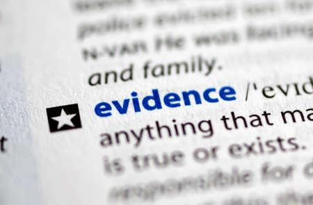 MONTREAL, Canadá - 17 de julio de 2019: evidencia de palabras en un dictionay con significado. Primer plano y enfoque selectivo.