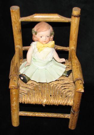 puppenhaus: Puppe im Stuhl