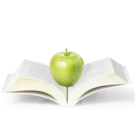 青リンゴ、白い背景の上の本