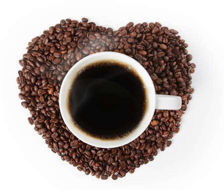 tomando refresco: Taza de caf� caliente en forma de coraz�n hecha de caf� sobre fondo blanco