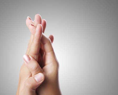 manos sosteniendo: Las manos del hombre y de la mujer aislada