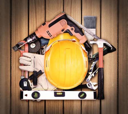 werkzeug: Die Auswahl der Werkzeuge in der Form eines Hauses auf altem Holz