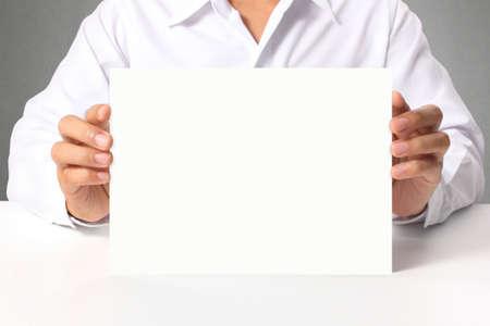 a4 空白の名刺を手に引き渡す