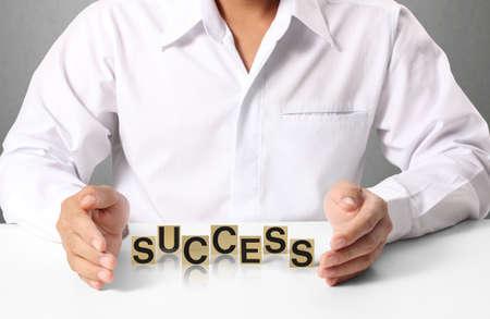成功を手に、単語のビジネスマン