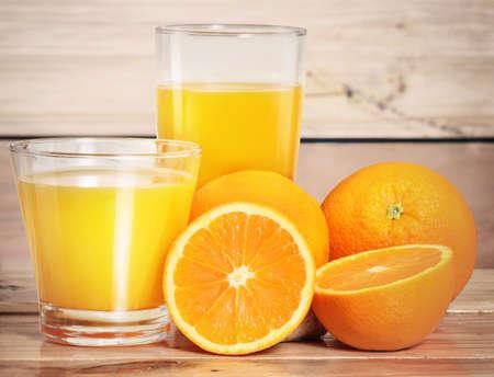 jugo de frutas: Jugo de naranja y rebanadas en madera