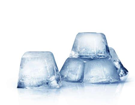 cubetti di ghiaccio: cubetti di ghiaccio su uno sfondo bianco