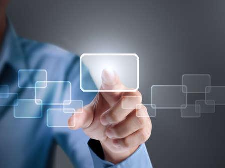 �cran tactile: Homme d'affaires appuyant sur un bouton tactile