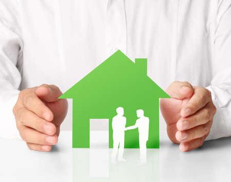 home loans: casa di carta in mano uomini d'affari