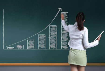 黒板には、ビジネス グラフの成長 写真素材