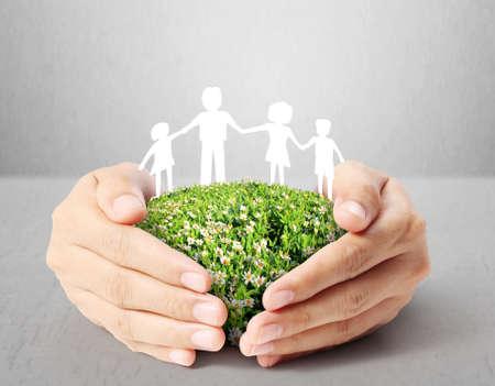 Ideen-, Papier-Familie in der Hand Standard-Bild - 24084571