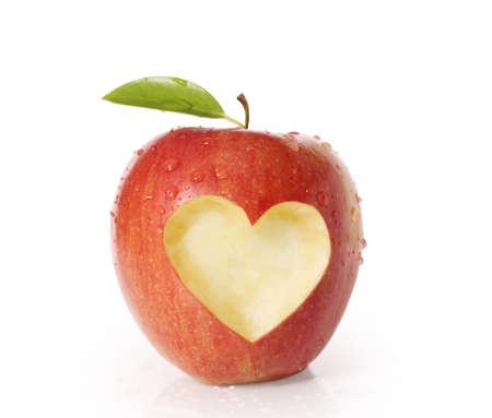 白地にハート形分離されたリンゴ