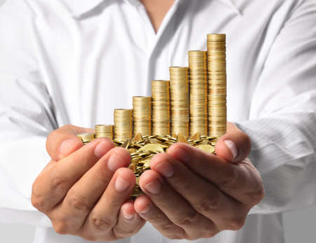 dinero euros: Mano con las monedas de oro como gráfico
