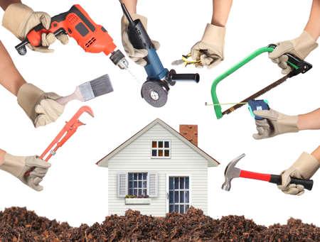 trabajando en casa: Selecci�n de las herramientas en la forma de una casa, el concepto de mejoras para el hogar