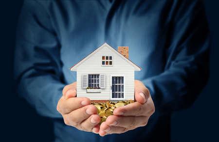 agent de sécurité: maison en tenant représentant la propriété et l'immobilier d'entreprise