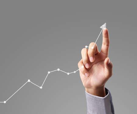 crecimiento: Concepto de la inversión, hombre de negocios con símbolos financieros procedentes de la mano