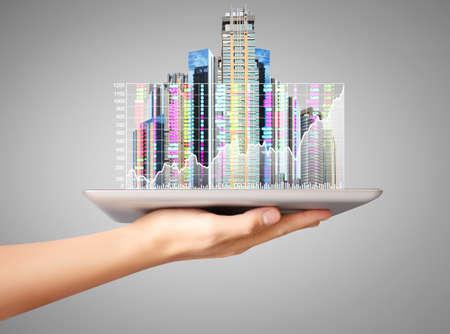 hardware: la mano del hombre con tablet PC, mirando inmobiliario