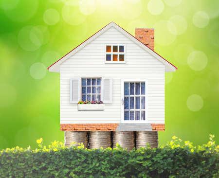 お金の家のコインから住宅ローン コンセプト 写真素材