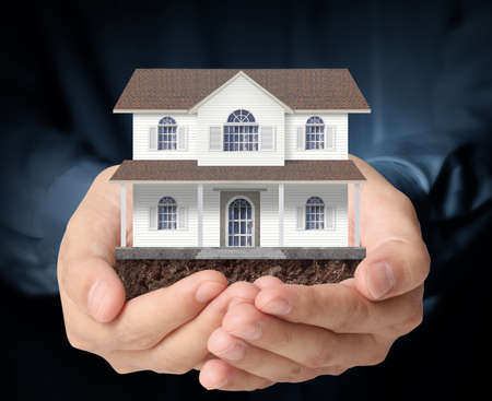 agent de s�curit�: Tenir maison repr�sentant la propri�t� et l'immobilier Banque d'images