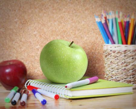 utiles escolares: Útiles escolares y una manzana. Foto de archivo