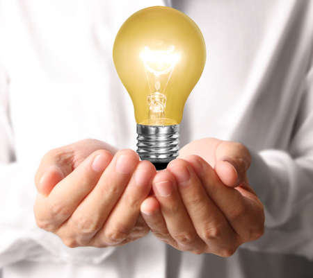 ahorro energia: Bombilla de bajo consumo, Idea creativa bombilla en la mano Foto de archivo