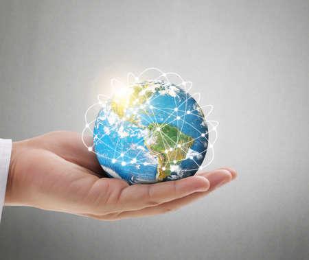 Mano humana que sostiene el globo elementos de esta imagen proporcionada por la NASA Foto de archivo
