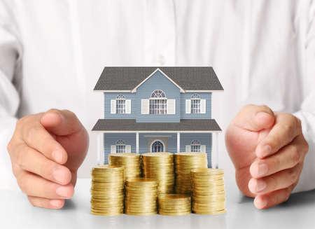 Koncepcja hipotecznych poprzez pieniędzy dom z monet Zdjęcie Seryjne