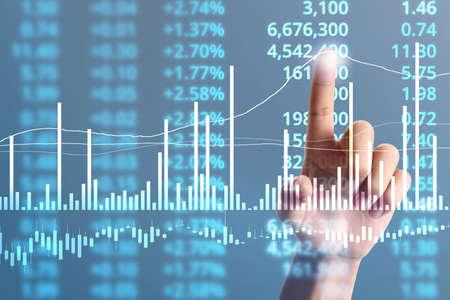 Der Geschäftsmann plant das Wachstum der Grafik und die Zunahme der positiven Indikatoren in seinem Geschäft Standard-Bild