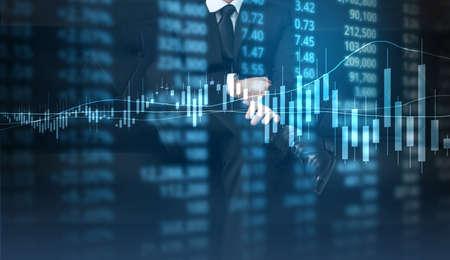投資コンセプト、手から来る金融チャート シンボルと手